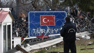 Un policier grec au poste de Kastanies, à la frontière avec la Turquie, le 29 février 2020. (SAKIS MITROLIDIS / AFP)