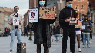 Une militante pro-choix manifeste contre la décision du Tribunal constitutionnel polonais de restreindre le droit à l'IVG, à Cracovie, en Pologne, le 22 octobre 2020. (ARTUR WIDAK / NURPHOTO / AFP)