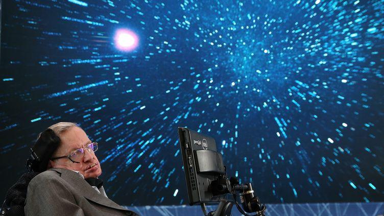 Stephen Hawking fait une présentation à New York (Etats-Unis), le 12 avril 2016. (JEMAL COUNTESS / GETTY IMAGES NORTH AMERICA / AFP)