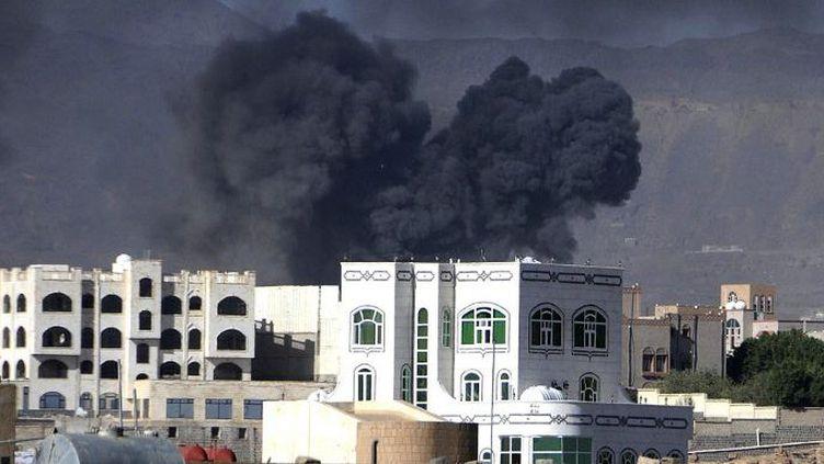 Raid de la coalition mise sur pied par l'Arabie saoudite contre une position des Houthis soutenus par Téhéran, le 12 mai 2015, dans la capitale yéménite. (Mohamed Hammoud/Anadolu Agency)