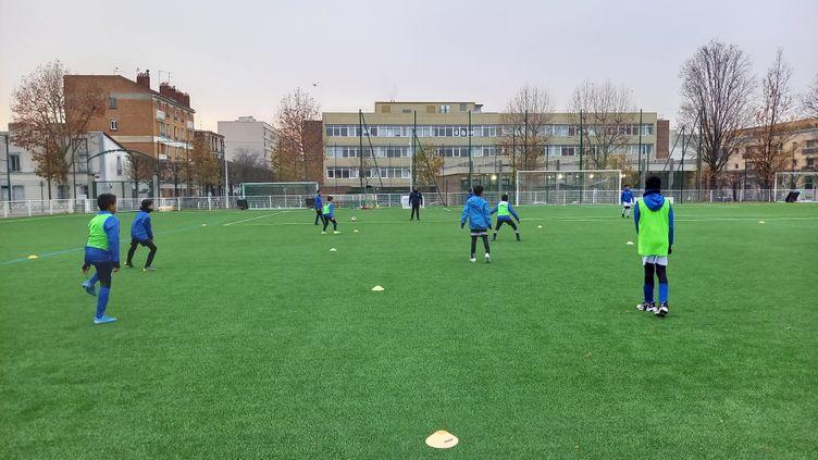 Les jeunes footballeurs du club de Montrouge (Hauts-de-Seine), mercredi 9 décembre 2020. (JEAN-PIERRE BLIMO)