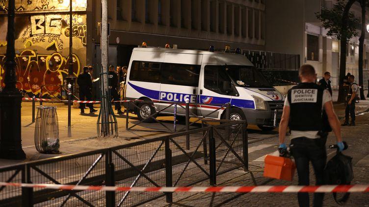 Des policiers sur la scène de l'attaque au couteau, dans le 19 arrondissement de Paris, le 9 septembre 2018. (ZAKARIA ABDELKAFI / AFP)