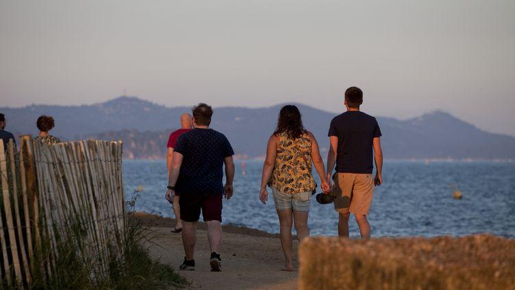 Des vacanciers du camping se promènent le soir àLa Londe-les-Maures, dans le Var, le 13 juin 2021. (THIBAUT DURAND / HANS LUCAS / AFP)