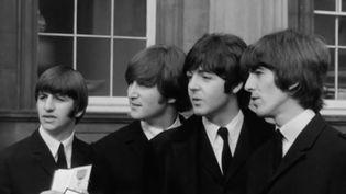 Il y a 55 ans, une foule immense se pressait aux abords du palais de Buckingham (Angleterre). À l'intérieur, la Reine Elizabeth II décore les quatre musiciens des Beatles. En 1965, les Beatles sont faits membres de l'ordre de l'Empire britannique. (FRANCE 2)