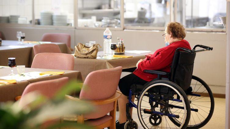 Une personne âgée dans un fauteuil roulant s'est endormi à la table de la salle à manger de la maison de retraite Saint-Gilles de Colmar. (VANESSA MEYER / MAXPPP)