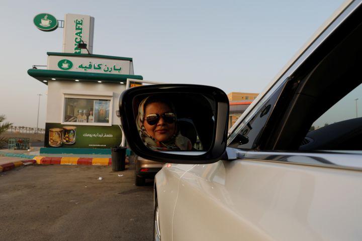 Une Saoudienne au volant d'une voiture pour se rendre au travail à Jeddah (Arabie saoudite), dimanche 24 juin. (ZOHRA BENSEMRA / X90036)