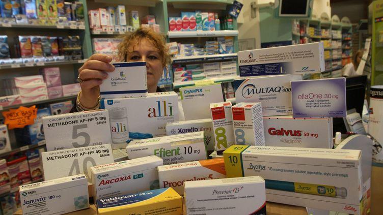 Une vingtaine de médicaments placés sous surveillance de l'Agence française de sécurité sanitaire des produits de santé, dans une pharmacie de Kingersheim (Haut-Rhin), le 9 janvier 2011. (JEAN-FRANCOIS FREY / L'ALSACE / MAXPPP)