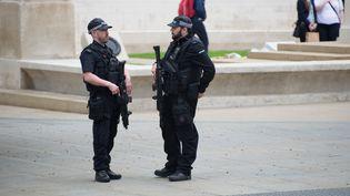 Des policiers en patrouille près de la Manchester Arena, cinq jours après l'attentat, le 27 mai 2017. (JONATHAN NICHOLSON / NURPHOTO / AFP)