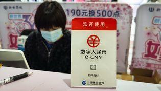 Un comptoir de test de la monnaie virtuelle chinoise à Shanghai le 8 mars 2021 (STR / AFP)
