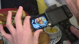 Filmer de près les plats à emporter pour donner envie (S. Neuquelman / France 3 Provence-Alpes)