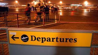 Sur l'aire d'embarquement d'un aéroport britannique. (DUART DANIEL/SIPA)