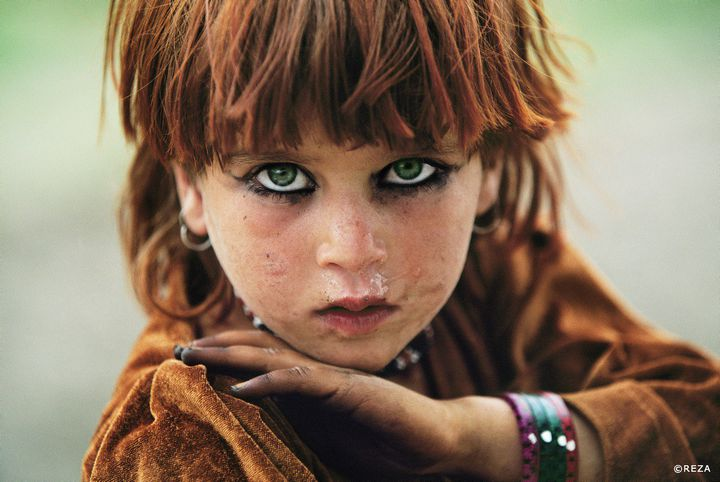 Enfance à Tora Bora - Afghanistan. Zones tribales. 2004 Petite fille afghane, près de Tora Bora dans zone tribale pashtoune, près de la frontière pakistanaise.  (Reza)