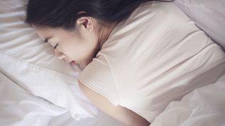 Une femme en plein sommeil. Photo d'illustration. (FR?D?RIC CIROU / MAXPPP)