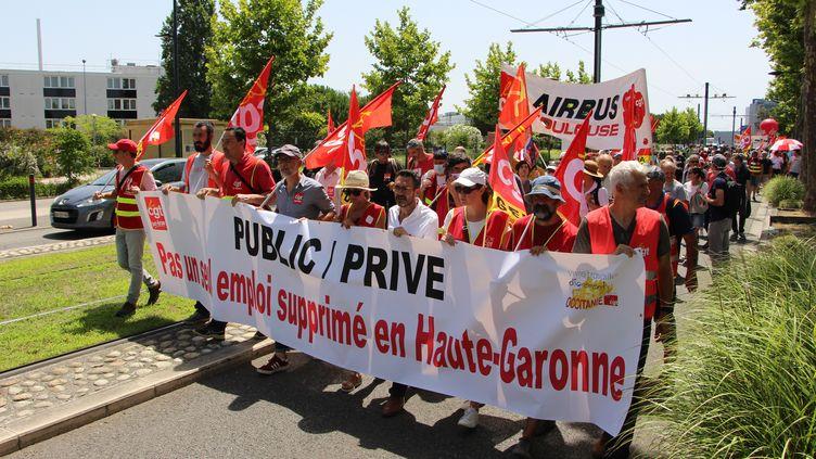 Des salariés du secteur aéronautique manifestent à Blagnac (Haute-Garonne) contre les plans sociaux chez Airbus et ses sous-traitants, le 9 juillet 2020. (MATHILDE GOUPIL / FRANCEINFO)