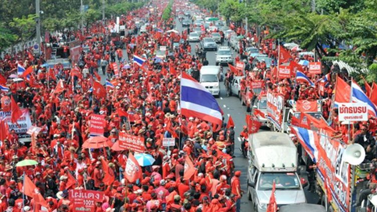 """Les """"chemises rouges"""" dans les rue de Bangkok le 28 mai 2010 (AFP - PORNCHAI KITTIWONGSAKUL)"""