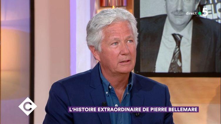 """Le fils de Pierre Bellemare, Pierre Dhostel, sur le plateau de """"C a vous"""", sur France 5, le 28 mai 2017. (C a Vous / FRANCE 5)"""