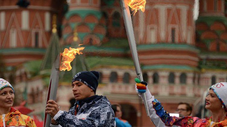 La flamme olympique est arrivée à Moscou, elle a été portée par Anastasia Davydova, cinq fois médaillée olympique en natation synchronisée, et la double championne olympique de gymnastique, Svetlana Khorkina.