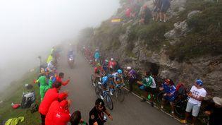 L'ascension des Lacs de Covadonga, montée mythique de la Vuelta (ici en 2018), est de retour sur le parcours 2021. (KEI TSUJI / BETTINIPHOTO / AFP)