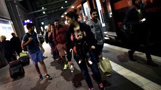 Une famille de réfugiés irakiens arrive à la gare de Munich (Allemagne), le 3 septembre 2015. (ARIS MESSINIS / AFP)