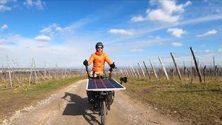 Jérôme Zindy sur son vélo électrique solaire (P. Dezempte / France Télévisions)