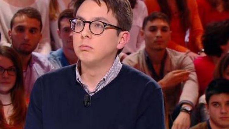 """Capture d'écran du """"Petit Journal"""", sur Canal+, dans lequel un spectateur fait une """"quenelle"""" (à droite, dans le public). (CANAL+)"""