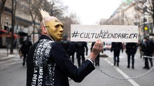 Un manifestant défend les professionnels de la culture dans le contexte de la crise sanitaire, jeudi 4 mars 2021 à Paris. (JEANNE ACCORSINI / SIPA)