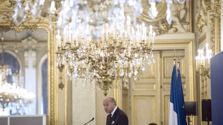 Le ministre des Affaires étrangères lors d'une conférence de presse sur le changement climatique à Paris, le 30 septembre 2013. (FRED DUFOUR / AFP)