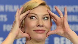 L'actrice australienne Cate Blanchett grimace lors de la conférence de presse du film Cendrillon présenté en compétition au festival du film de Berlin (Allemagne), le 13 février 2015. (JOHN MACDOUGALL / AFP)