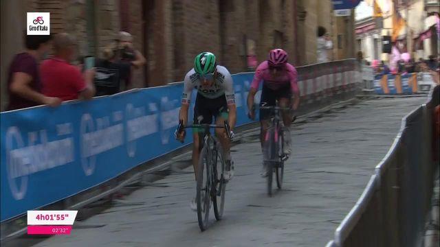 Sulle strade di Montalcino, il colombiano Egan Bernal (Inios Grenadiers) è pronto ad allargare il divario dal resto dei candidati della classifica generale nella tappa 11 del Giro d'Italia, mercoledì 19 maggio.