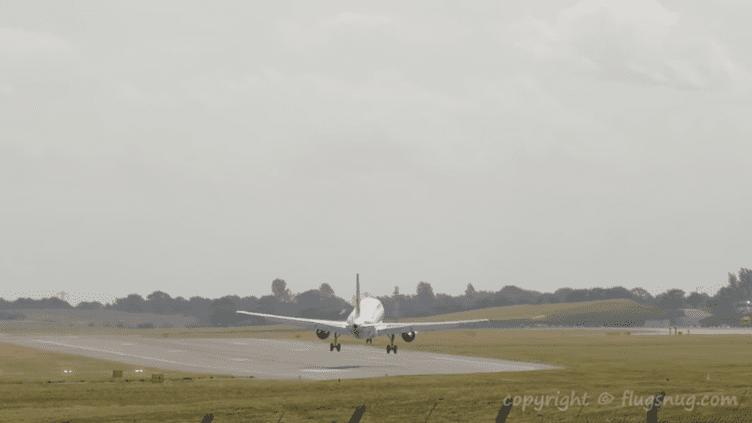 Un Airbus A319 de la compagnie Air France tente d'atterrir sur une piste de l'aéroport de Birmingham (Angleterre), le 19 septembre 2018. (FLUSNUG.COM)
