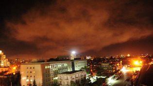Une photo partagée par l'armée syrienne montre une explosion aux abords de Damas (Syrie), samedi 14 avril 2018. (SYRIAN GOVERNMENT'S CENTRAL MILI / AFP)