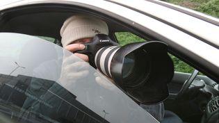 Un détéctive privé prend des photos. Photo d'illustrations.  (LUDOVIC PETIOT / MAXPPP)