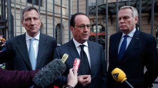 Francois Hollande, Vincent Mertens de Wilmars ambassadeur de Belgique en France et Jean-Marc Ayrault ministre des Affaires étrangères devant l'ambassade de Begique à Paris, le 22 mars 2016 (THIBAULT CAMUS/AP/SIPA / AP)