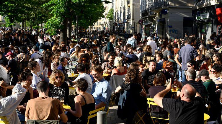 Des personnes en terrasse à Marseille, le 19 mai 2021. (NICOLAS TUCAT / AFP)