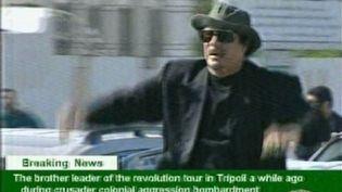 Mouammar Kadhafi, filmé par la télévision d'Etat, en tournée en voiture dans Tripoli le 14 avril 2011 (AFP - HO - LIBYAN TV)