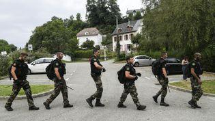 Des gendarmes tentent de retrouver la petite Maëlys en effectuant des battues àPont-de-Beauvoisin (Isère), le 30 août 2017. (PHILIPPE DESMAZES / AFP)