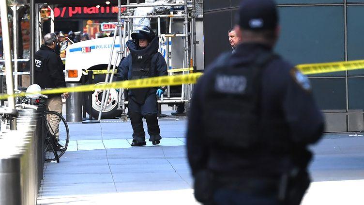 Un démineur devant l'immeuble qui abrite les bureaux de CNN, le 24 octobre 2018 à New York (Etats-Unis). (TIMOTHY A. CLARY / AFP)