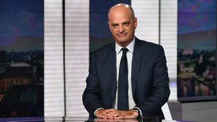 """Le ministre de l'Education, Jean-Michel Blanquer, le 20 août 2020 sur le plateau du """"20 heures"""" de France 2. (ANNE-CHRISTINE POUJOULAT / AFP)"""