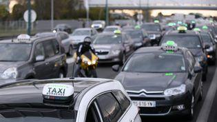 Les chauffeurs de taxis bloquent le périphérique autour de Toulouse, dans le sud de la France, lors d'une manifestation contre les voitures Uber et les VTC le 4 avril 2016. (REMY GABALDA / AFP)