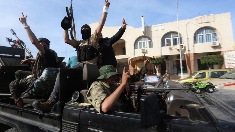 Les combattants du GNA, le gouvernement de Tripoli reconnu par l'ONU, célèbrent leur victoire dans les rues de Sabratha, ville reprise aux forces du maréchal Haftar, le 13 avril 2020. (HAZEM TURKIA / ANADOLU AGENCY)