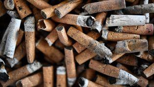 Selon le gouvernement, il y a 1,6 millions de fumeurs en moins depuis 2016 en France. (FRED TANNEAU / AFP)