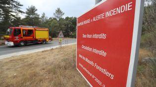 Un camion de pompier devant un panneau de prévention contre les incendies, dans le Sud de la France, en Août 2017. (Photo d'illustration) (VALERY HACHE / AFP)