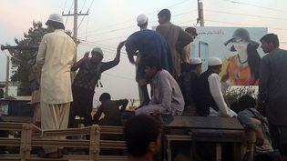 Les talibansont pris un camion de l'armée afghane dans une rue de Kunduz (Afghanistan), le28 septembre 2015. (HEKMAT AIMAQ / AP / SIPA )