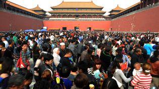 Des touristes patientent devant la Cité interdite de Pékin (Chine), le 4 octobre 2011. (AFP)