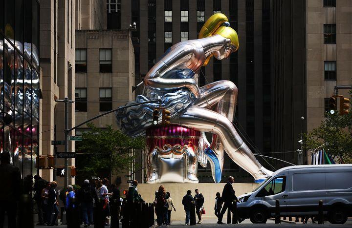 Cette statue gonflable de Jeff Koons mesures près de 14 mètres de haut.  (SPENCER PLATT / GETTY IMAGES NORTH AMERICA / AFP)