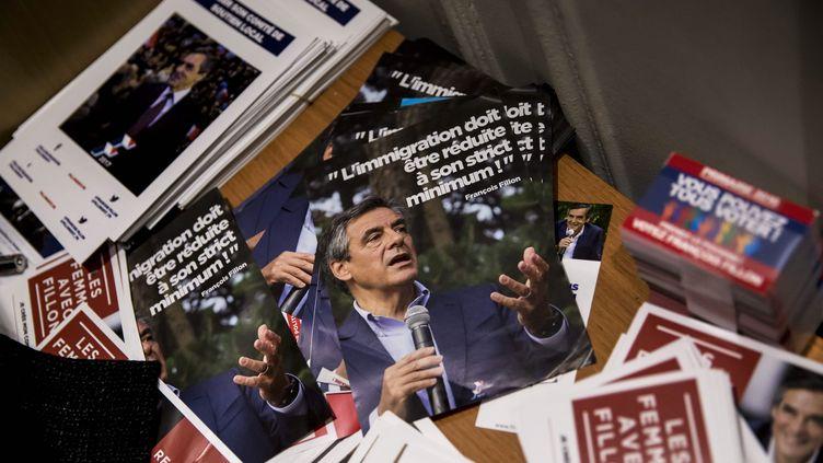 Des tracts de campagne de François Fillon, photographiés au siège de campagne du candidat à la primaire à droite, à Paris, le 20 novembre 2016. (MAXPPP)