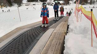 Des enfants dans la station de ski deLaFéclaz (Savoie) pendant les vacances de février 2021. (ALAIN GASTAL / RADIOFRANCE)