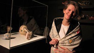 """Laure Prouvost devant son installation vidéo """"Wantee"""", Turner Prize 2013 (Derry, 2 décembre)  (Peter Muhly / AFP)"""