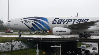 Un avion d'EgyptAir à l'aéroport de Roissy-Charles de Gaulle (Val-d'Oise), le 19 mai 2016. (THOMAS SAMSON / AFP)