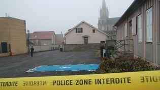 La police boucle le parking sur lequel un directeur d'école a été retrouvé lardé de coups de couteau, le 11 décembre 2013, à Woippy (Moselle). ( MAXPPP)